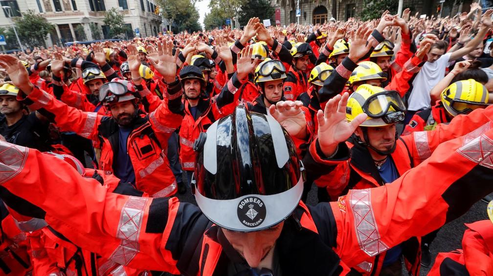 Bombeiros durante greve convocada pelos partidos pró-independência da Catalunha (Foto: Yves Herman/Reuters)