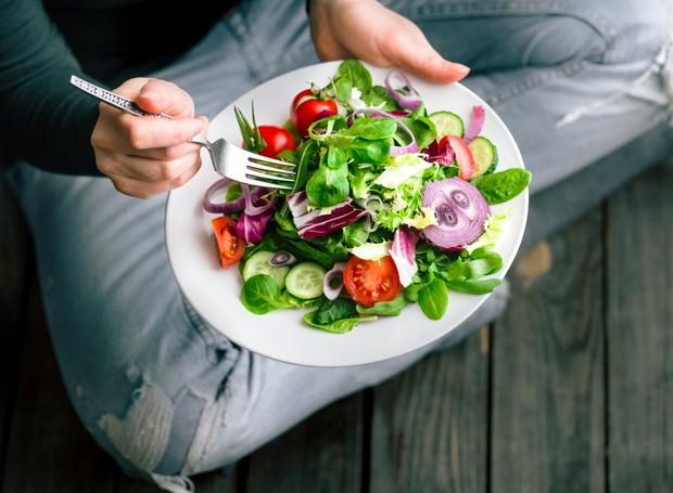 Praticar jejum não significa que você pode comer o que quiser após o intervalo livre da ingestão de alimentos (Foto: Medical News/ Reprdução)