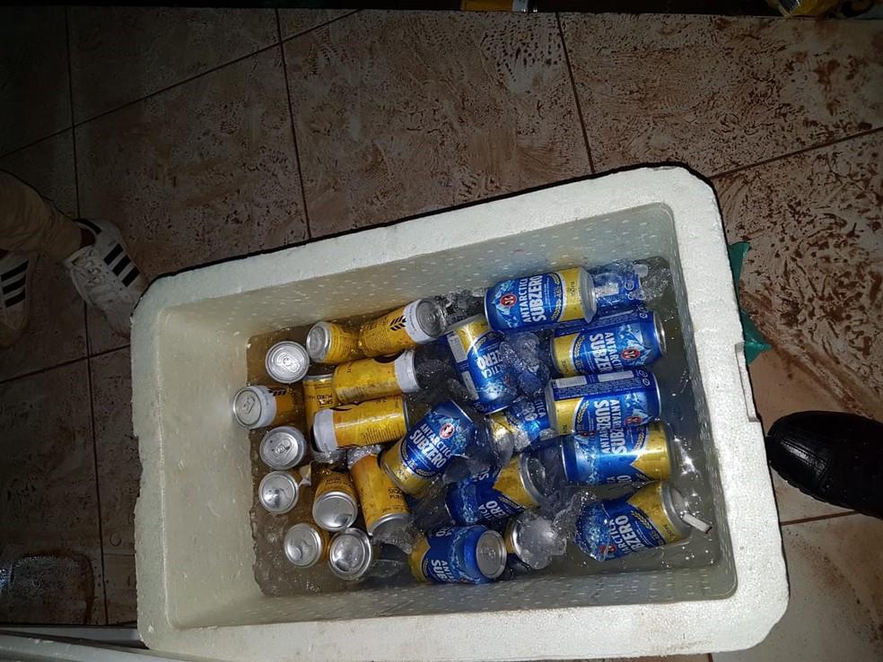 Na festa clandestina, onde havia menores de idade, eram vendidas bebidas alcoólicas — Foto: Vigiância Sanitária de Santarém/Divulgação