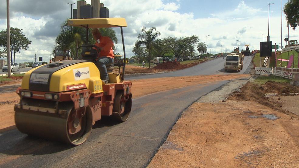 Trator da Novacap durante construção de alça para contornar desabamento (Foto: TV Globo/Reprodução)