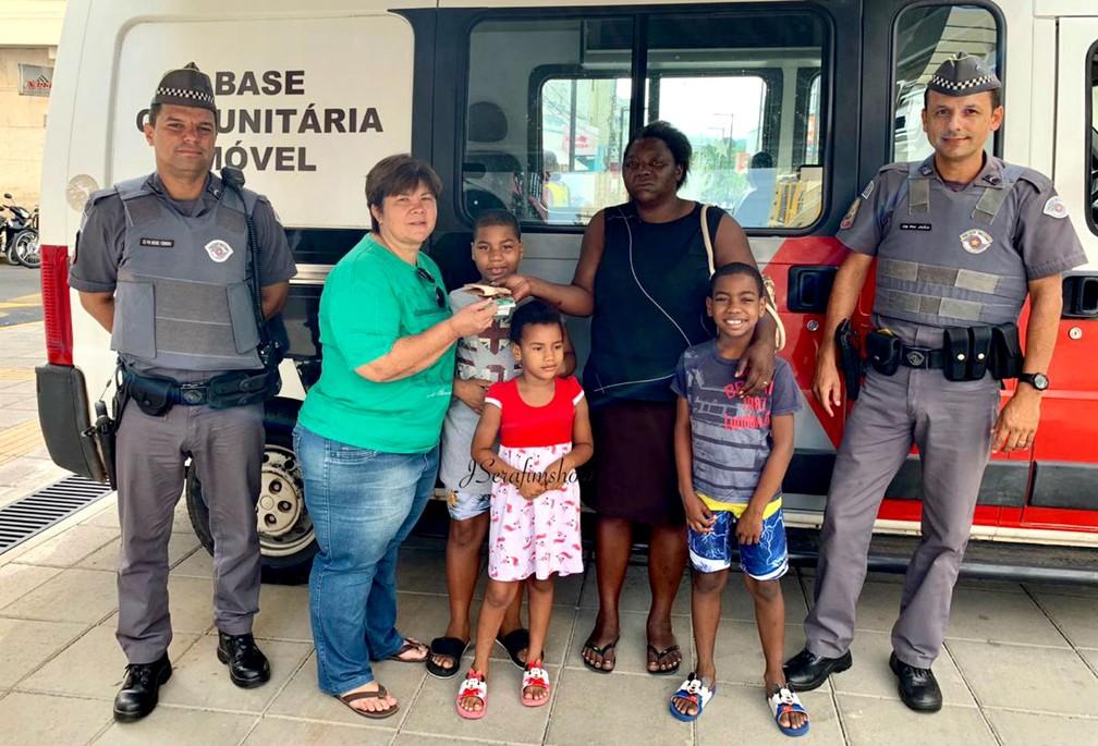 Policiais militares promoveram o encontro entre Simone e Liliane no Calçadão de Lins: gesto de honestidade — Foto: J. Serafim/Divulgação