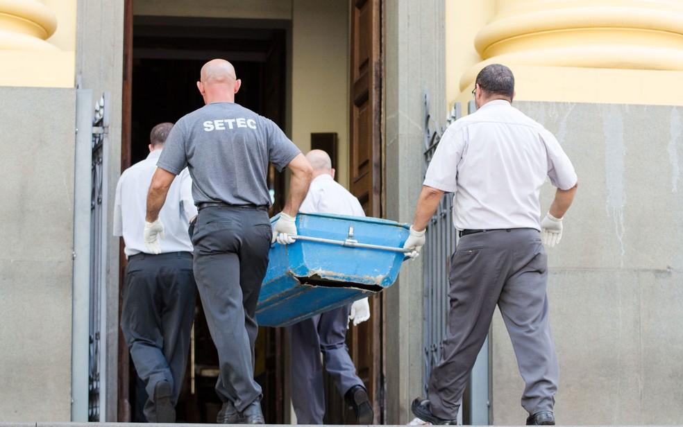 Corpos são retirados da Catedral de Campinas, onde atirador matou 4 pessoas e se suicidou nesta terça — Foto: Maycon Soldan/Fotoarena/Estadão Conteúdo