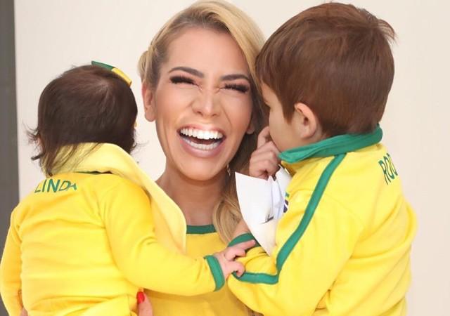 Adriana Sant'Anna com os filhos (Foto: Reprodução/Instagram)