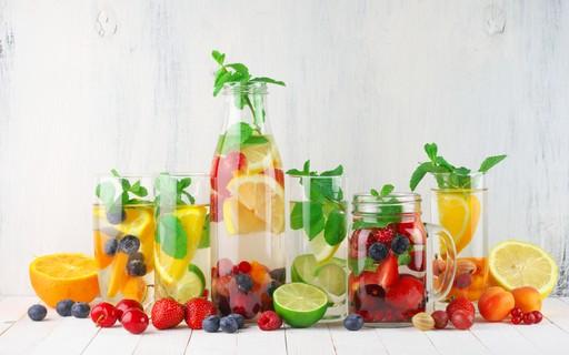 Água aromatizada: benefícios, dicas de preparo e 7 receitas saborosas