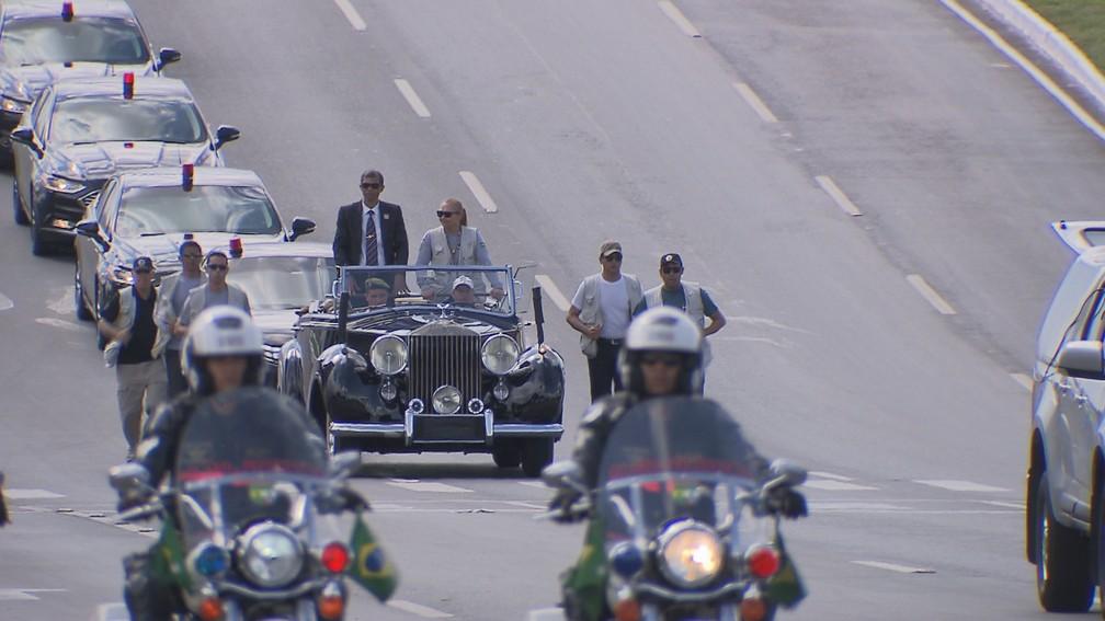 Em ensaio feito no último domingo (23), figurantes simularam no Rolls-Royce da Presidência o trajeto que será feito por Jair Bolsonaro pela Esplanada dos Ministérios na cerimônia de posse — Foto: TV Globo/Reprodução
