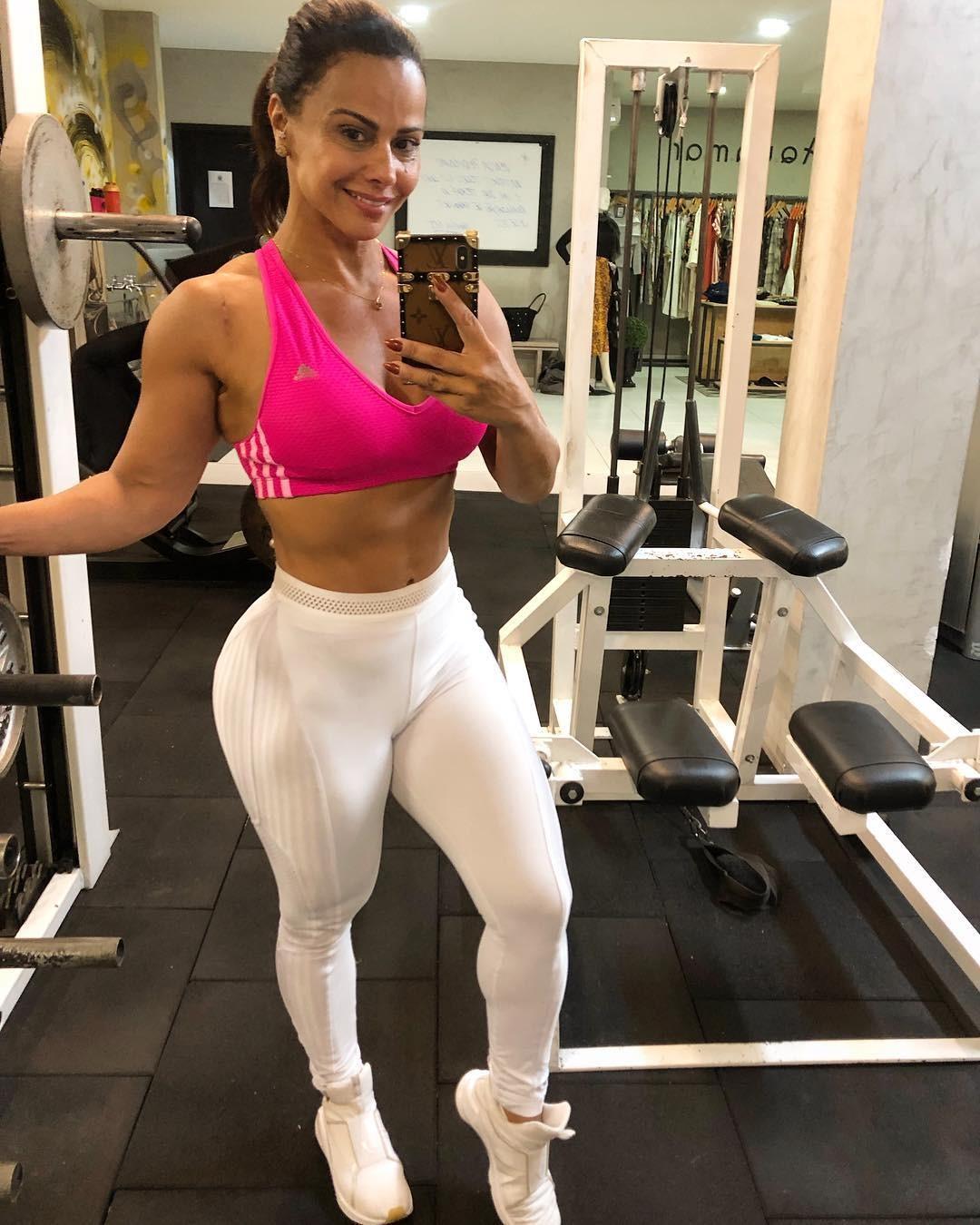 Viviane Araujo Posa Na Academia Com Legenda Motivacional E