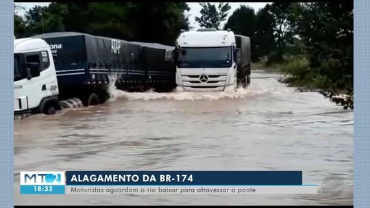 Rio transborda após chuvas, alaga rodovia e impede passagem de veículos em MT