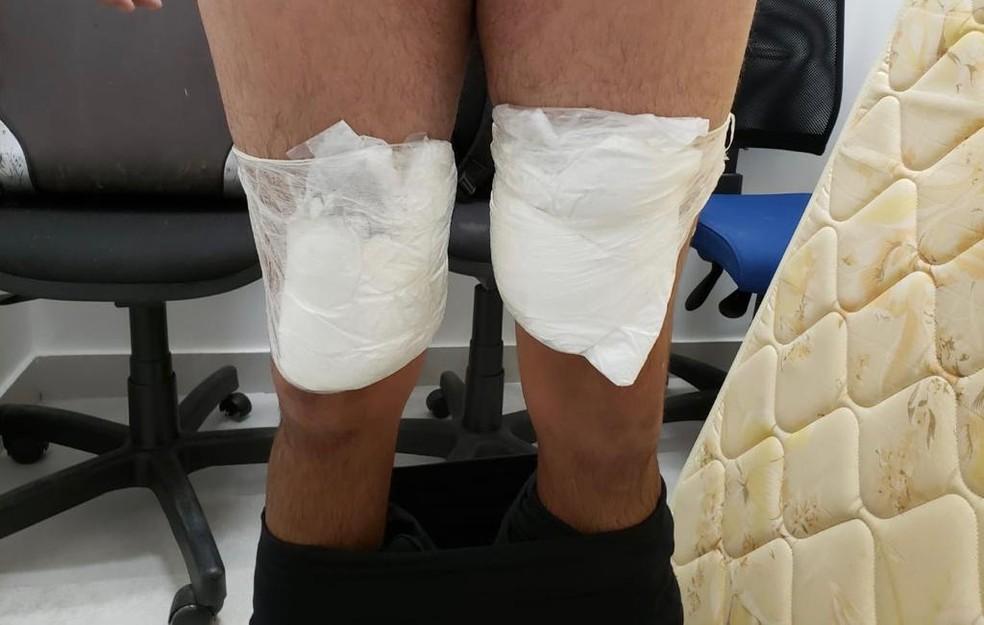 Homem foi encontrado com cocaína amarrada às pernas enquanto tentava embarcar no Aeroporto Internacional de Fortaleza. — Foto: Divulgação/PRF