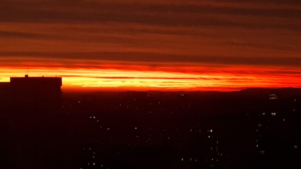 Isolados em casa, paulistanos vão fotografar pôr do sol da janela