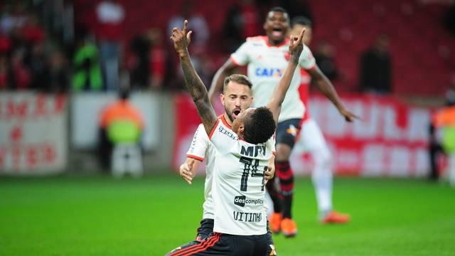 Vitinho comemora gol de empate, o primeiro dele pelo Fla