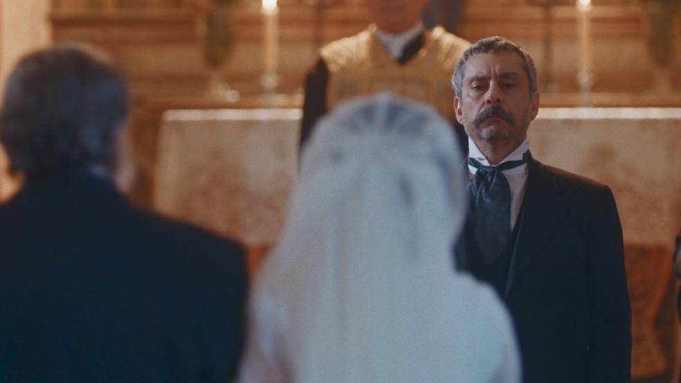 Tonico (Alexandre Nero) aguarda Dolores (Daphne Bozaski) no altar em 'Nos Tempos do Imperador' — Foto: Globo