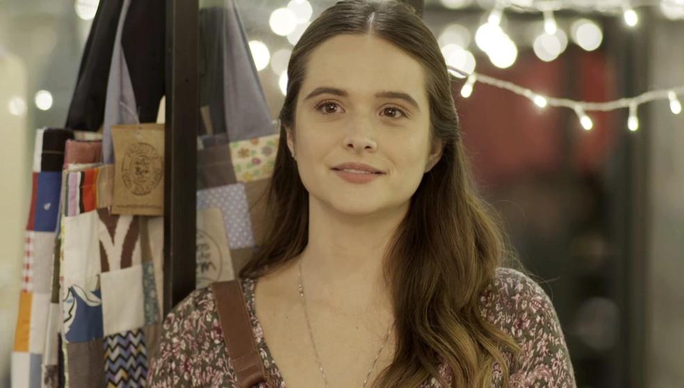 Luna (Juliana Paiva) vê a mãe de longe em 'Salve-se Quem Puder' e promete surpreendê-la — Foto: Globo