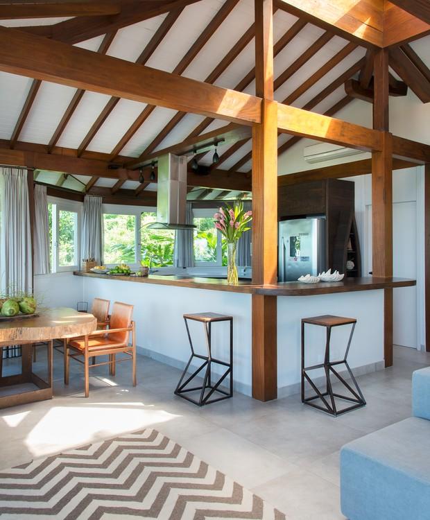 Com muitas paredes de vidro, a luz natural é abundante na área social. Tapete chevron da Bali Express. (Foto: Cacá Bratke/Divulgação | Produção Deborah Apsan)