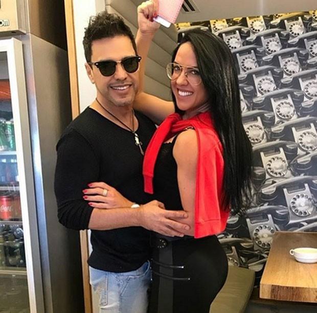 Zezé di Camargo e Graciele Lacerda no aeroporto (Foto: Reprodução)
