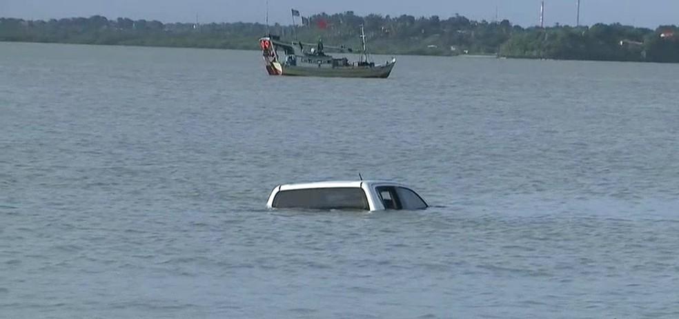Caminhonete foi engolida pela maré em São Luís (Foto: Reprodução/TV Mirante)