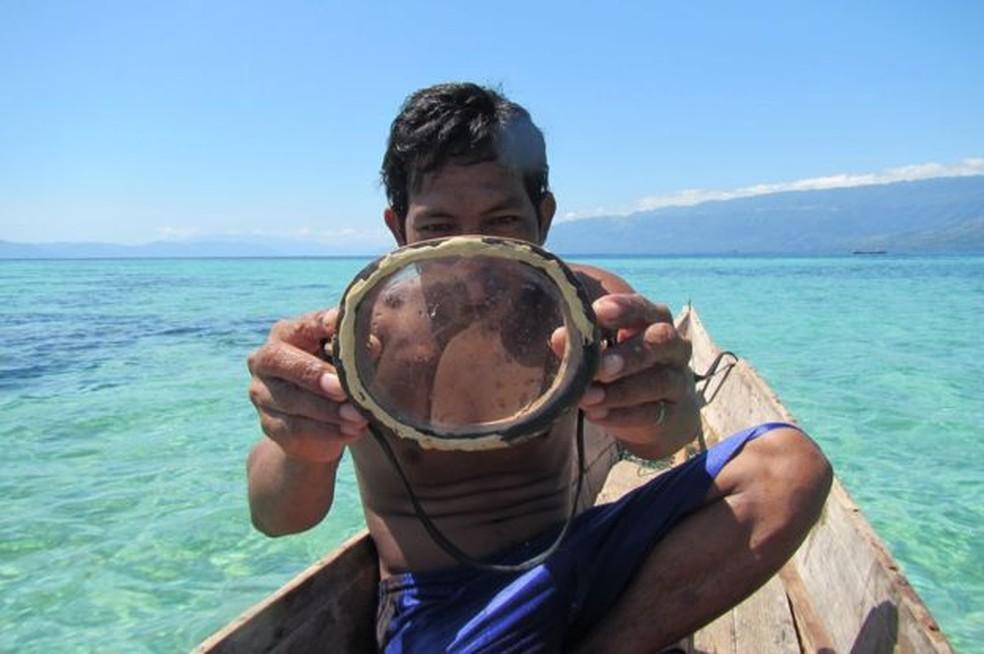 Na atividade, eles usam máscara de madeira, como a da imagem, ou óculos de proteção e cinto de peso, que evitam que o mergulhador suba à superfície (Foto: MELISSA ILARDO)