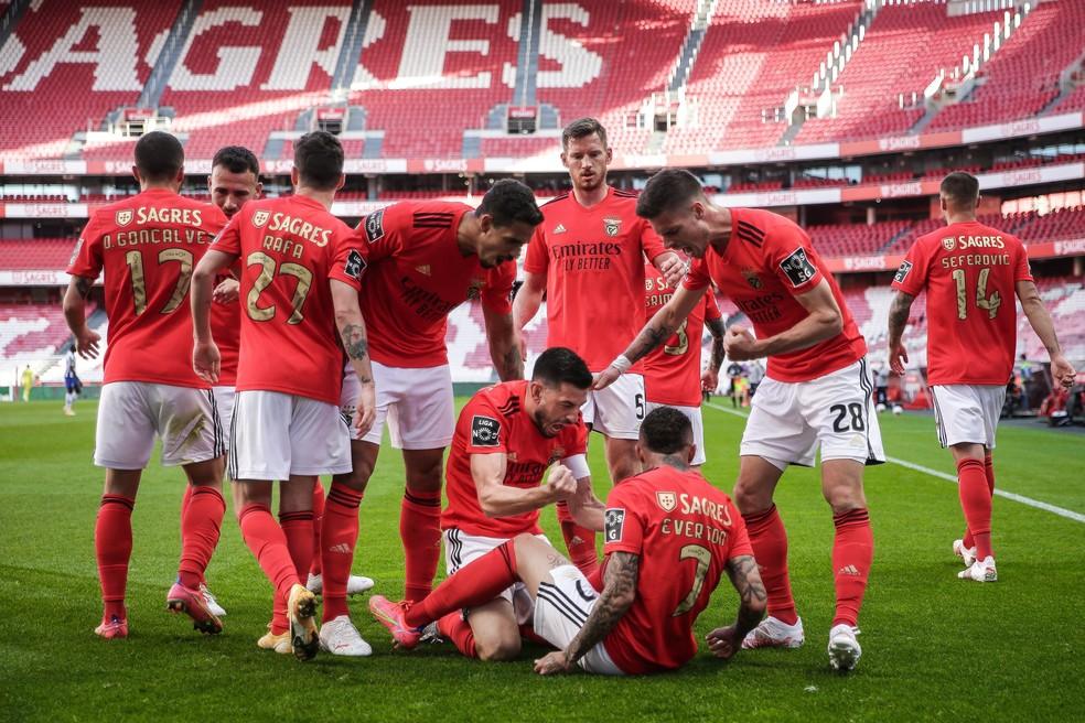 Jogadores do Benfica comemoram gol de Everton Cebolinha, sentado com a camisa 7 — Foto: EFE/EPA/MARIO CRUZ