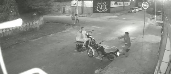 Entregador corre para escapar de disparo em tentativa de assalto em Fortaleza; vídeo