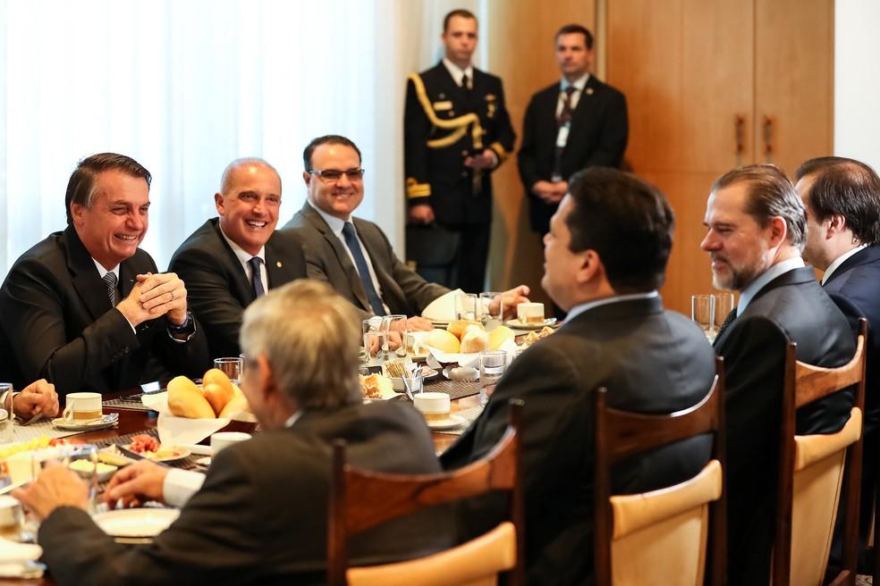 O presidente Jair Bolsonaro em frente ao presidente do Senado, Davi Alcolumbre (DEM-AP), durante café da manhã com presidentes de poderes no Palácio da Alvorada — Foto: Marcos Corrêa/Presidência da República