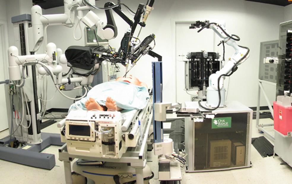 Pesquisadores encontraram falhas de segurança em robôs usados para procedimentos cirúrgicos à distância (Foto: SRI International/Wikimedia Commons)