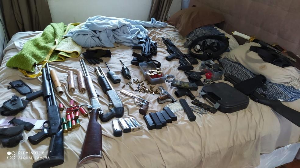 Armas, munições e simulacros foram apreendidas em sítio de Guarapari, ES — Foto: Divulgação/ Polícia Civil