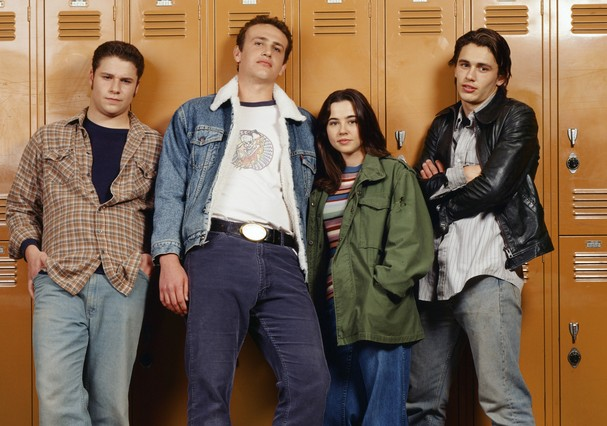 FREAKS AND GEEKS -- Season 1 Gallery -- Pictured: (l-r) Seth Rogen as Ken Miller, Jason Segel as Nick Andopolis, Linda Cardellini as Lindsay Weir, and James Franco as Daniel Desario -- (Photo by: Chris Haston/NBC/NBCU Photo Bank via Getty Images) (Foto: NBCU Photo Bank via Getty Images)