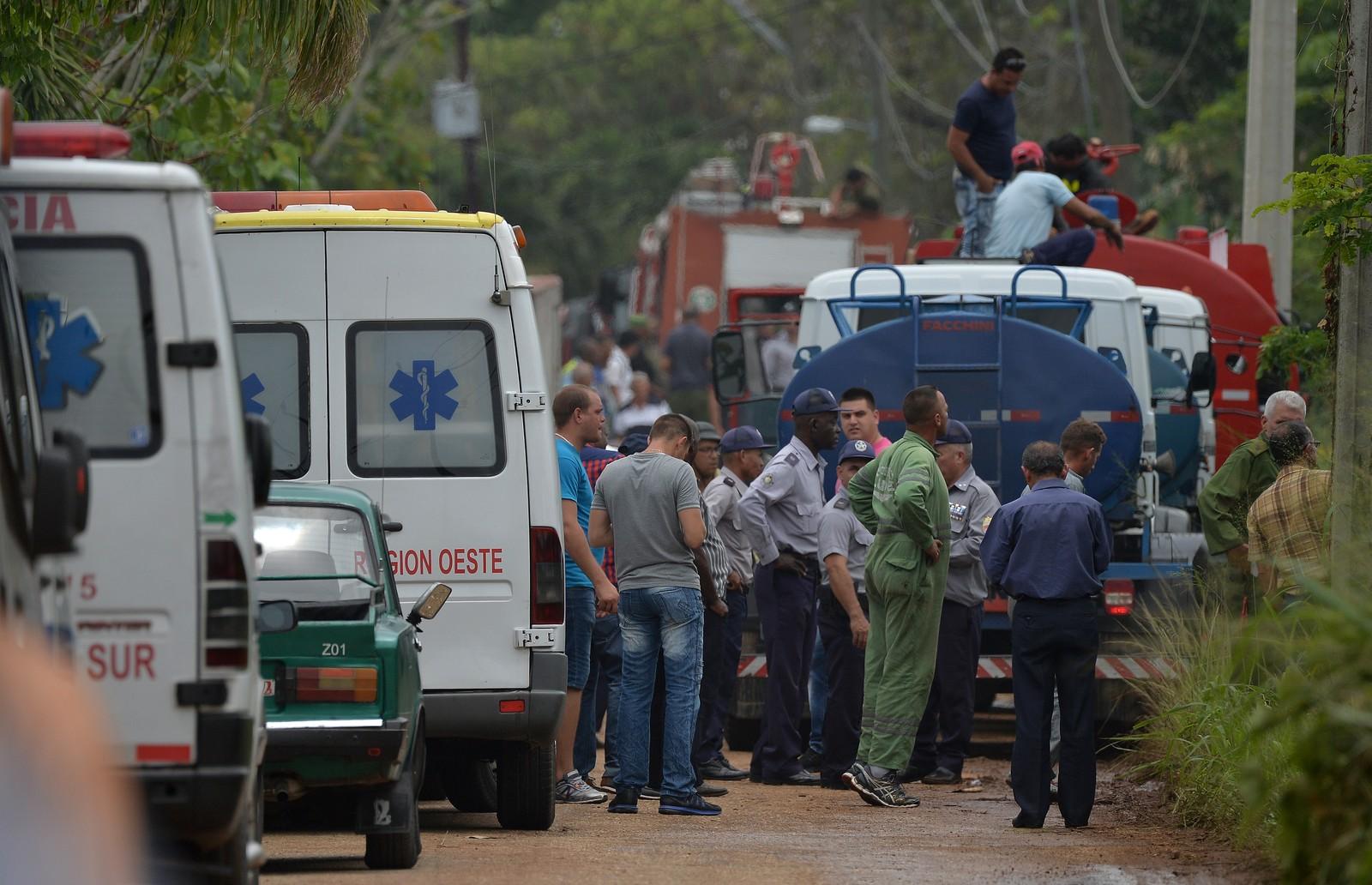 Equipes de resgate estão no local que o avião caiu em Havana. (Foto: Yamil LAGE / AFP)