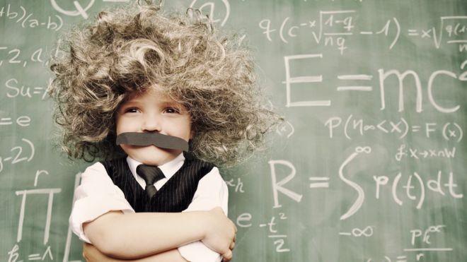 Estudo lança luz sobre como estimular crianças inteligentes para que sejam adultos bem-sucedidos (Foto: Getty Images via BBC News Brasil)