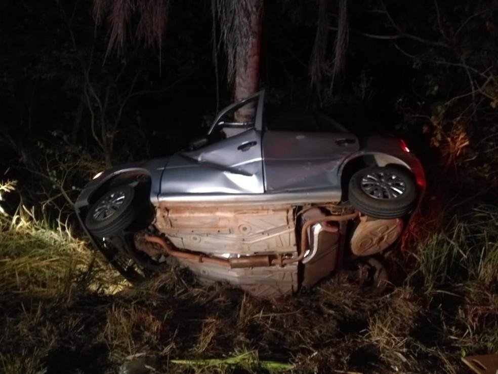 Casal morre e 2 crianças ficam feridas após carro sair da pista e bater em coqueiro na BR-174 em Cáceres (Foto: Polícia Rodoviária Federal de Mato Grosso)