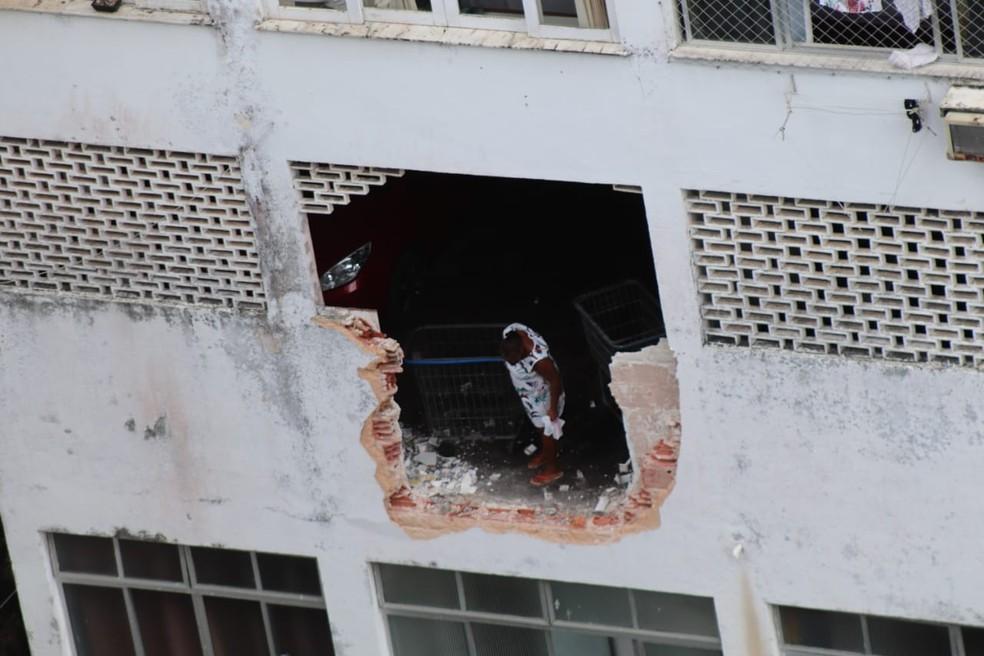 Carro atravessou parede do prédio e caiu de altura de cerca de cinco metros — Foto: André Alves/Arquivo pessoal