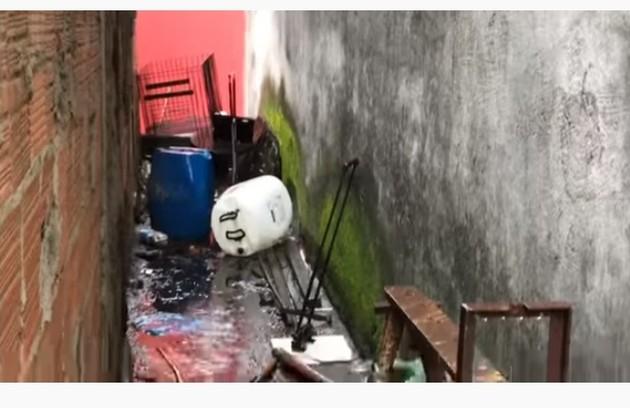 Na imagem, objetos antigos no local onde a sister brincava de se esconder (Foto: Reprodução)