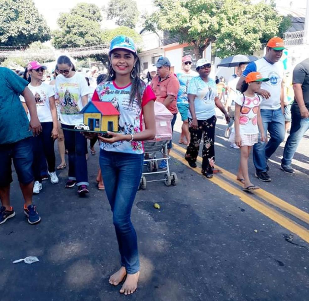 Foto de Izza cumprindo promessa de percorrer todo o círio de 2018 descalça — Foto: Izalina de Souza/Arquivo Pessoal