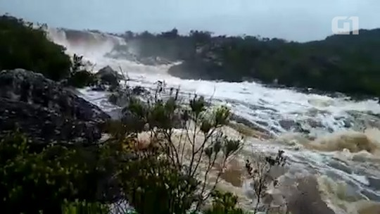 Após longo incêndio, chuva enche cachoeiras na Chapada Diamantina