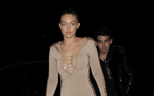 Gigi Hadid aposta em vestido nude justíssimo fetichista
