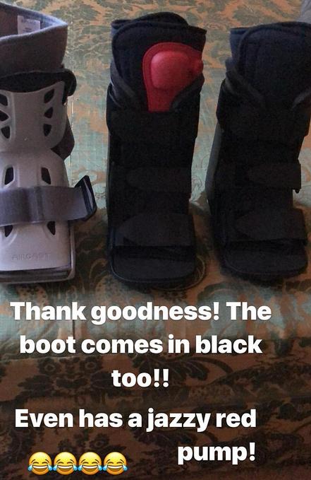 As botas utilizadas por Victoria Beckham para seu pé quebrado (Foto: Instagram)