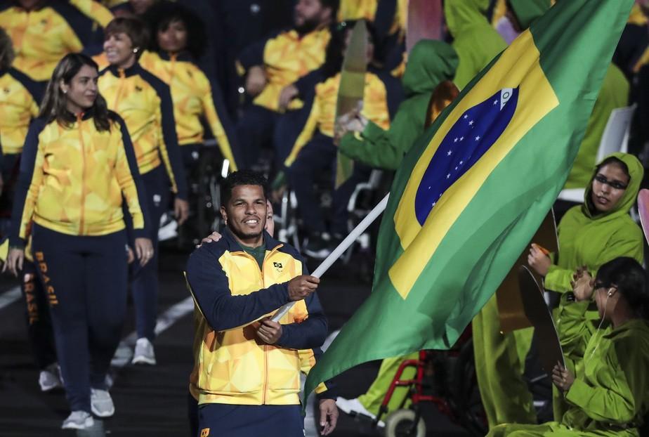Com delegação de 400 pessoas, brasileiros fazem a festa na cerimônia de abertura do Parapan