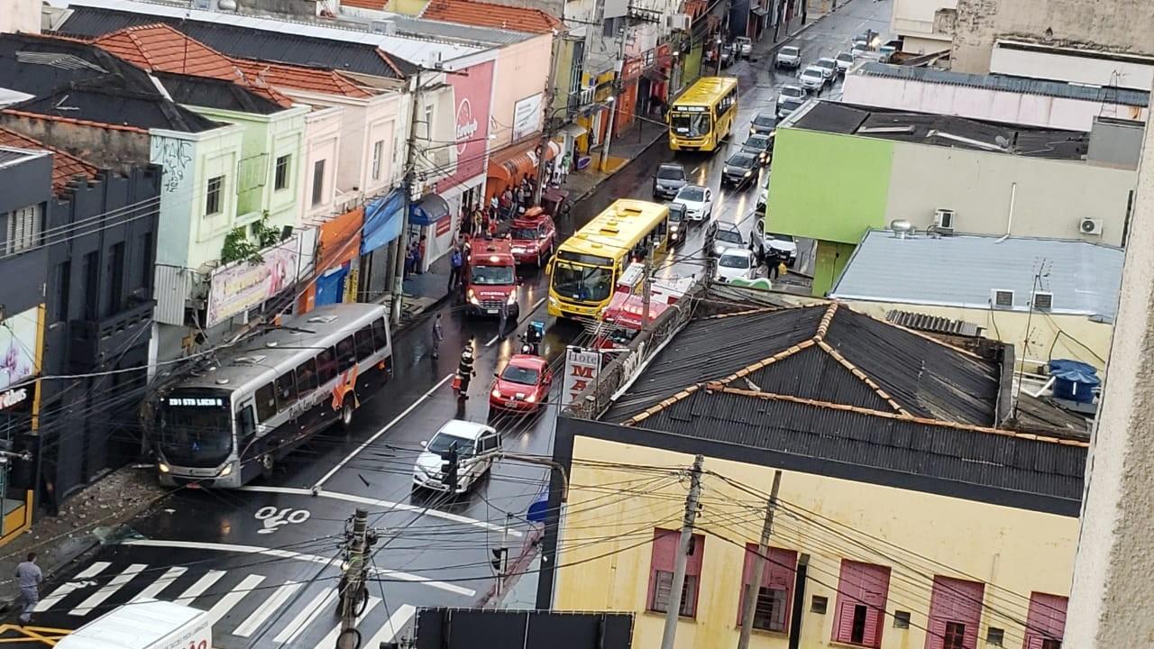 Ônibus bate em poste e motorista fica ferida no centro de Jundiaí