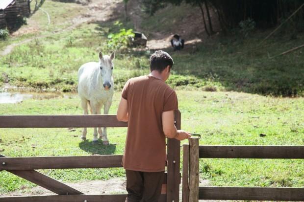 Peèle no cuidado com os animais (Foto: Mayra Azzi / Editora Globo)