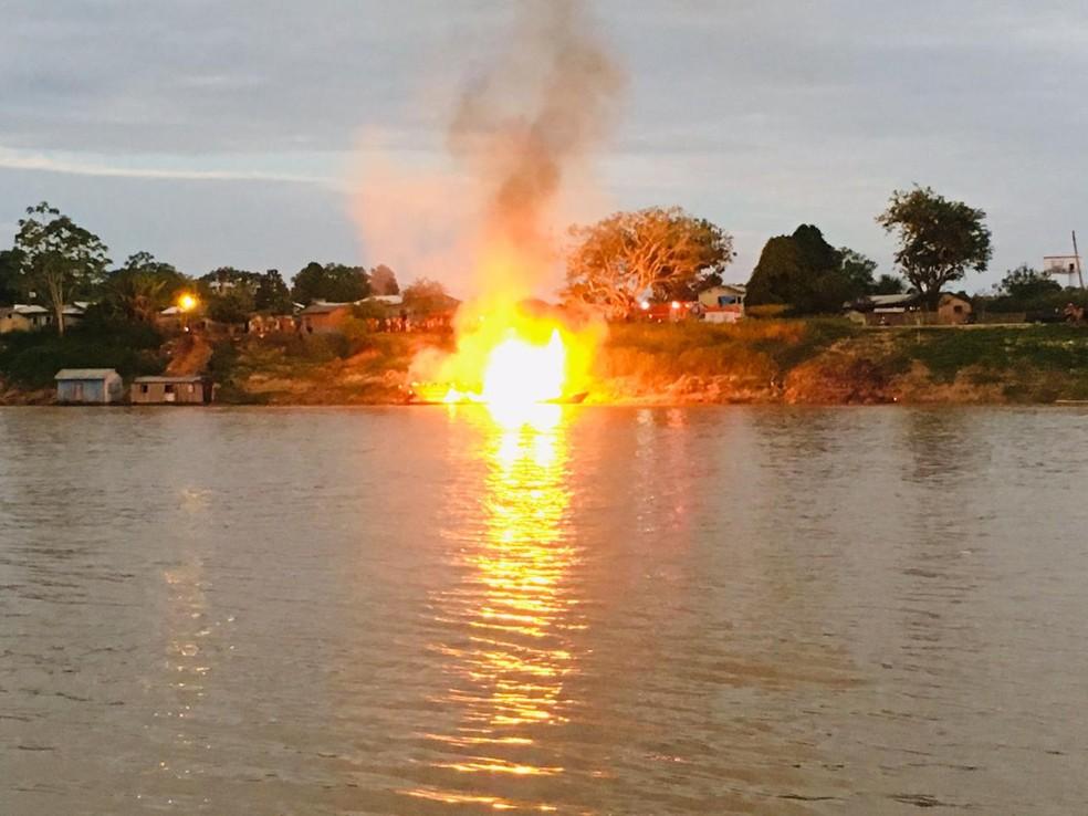 Embarcação explode no Acre e deixa 15 em estado grave, entre elas mãe e bebê de 9 meses — Foto: Gledisson Albano/Rede Amazônica Acre