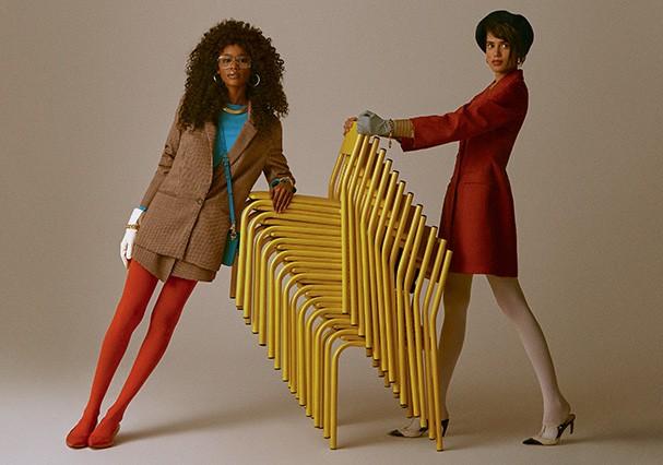 À esquerda: Blazer, R$ 250 e saia, R$ 130, ambos Amaro; blusa, R$ 1.170, DVF. Óculos, R$ 1.890, Gucci; brincos, R$ 80, Zara; colar, R$ 380, Gla para Pair; pulseiras, a partir de R$ 3.510 cada, Chanel; bolsa, R$ 4.500 Dolce&Gabbana; meiacalça, R$ 32; Capez (Foto: Mar+Vin)