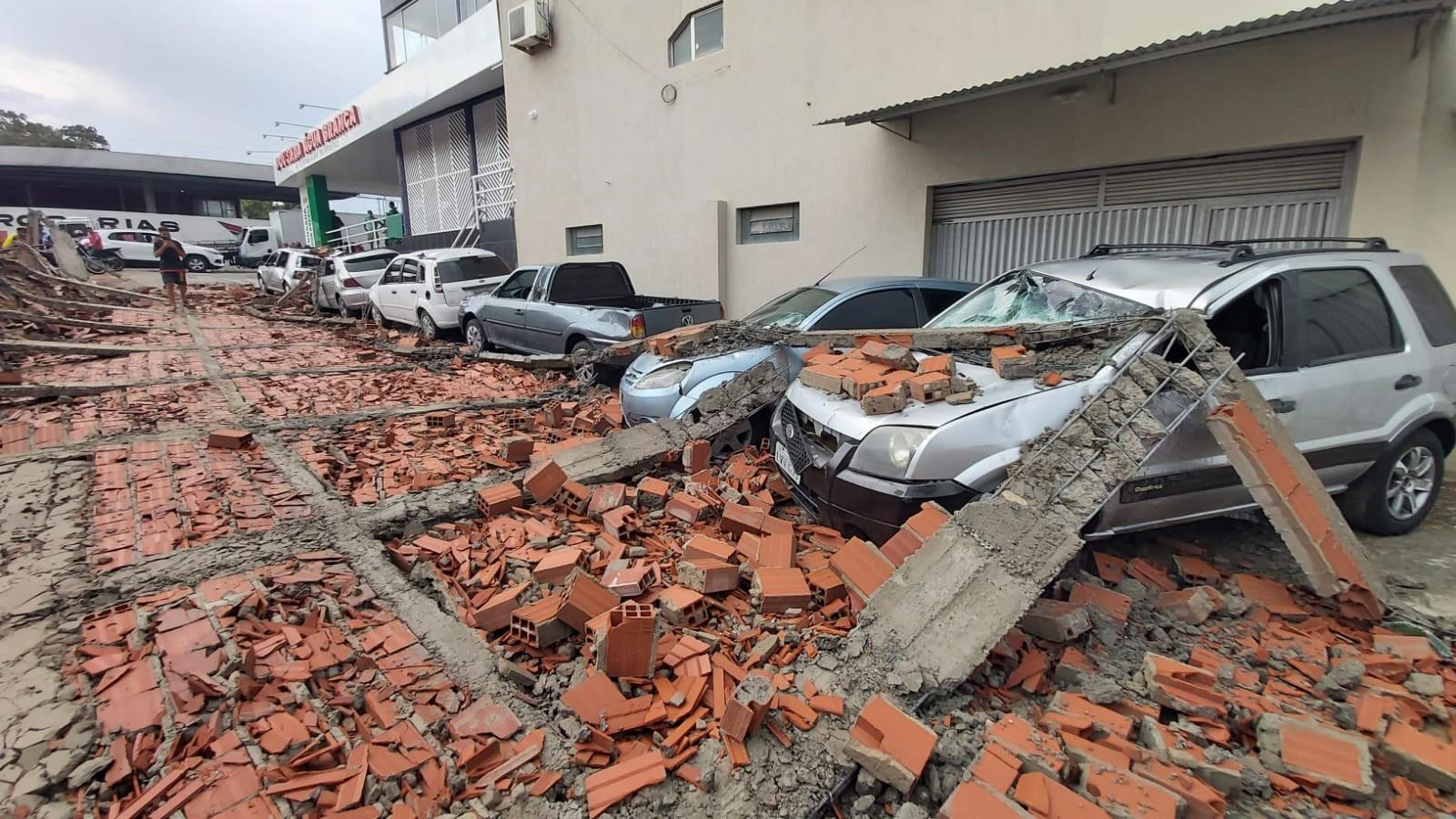 Muro de galpão cai em cima de carros e Água Branca fica sem energia após temporal