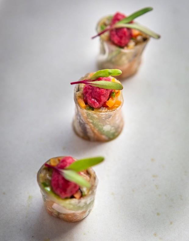 Receita: roll vietnamita de legumes grelhados e homus de beterraba (Foto: ARTE: STUDIO MR JOBIM)