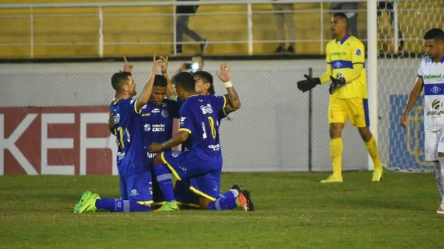 Jogadores do Confiança comemorando um dos 3 gols contra o Atlético-AC