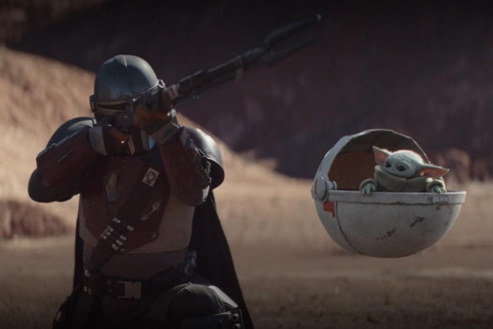 Pedro Pascal e o pequeno 'Baby Yoda' em cena de 'The Mandalorian' — Foto: Divulgação