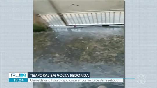 Chuva deixa ruas alagadas em bairros de Volta Redonda