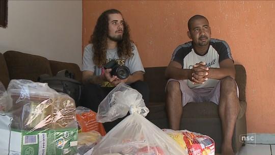 Fotógrafo e pedreiro se unem para distribuir cestas básicas em Criciúma