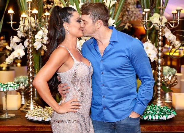 Rogério Padovan troca beijos com a mulher, Priscila Ferreira (Foto: Manuela Scarpa/Brazil News)
