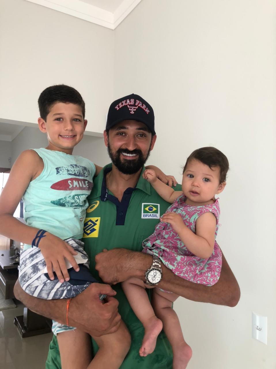 Filho do jogador mineiro da seleção brasileira de vôlei Maurício Souza manda recado para o pai em Tóquio: 'Orgulhosos'