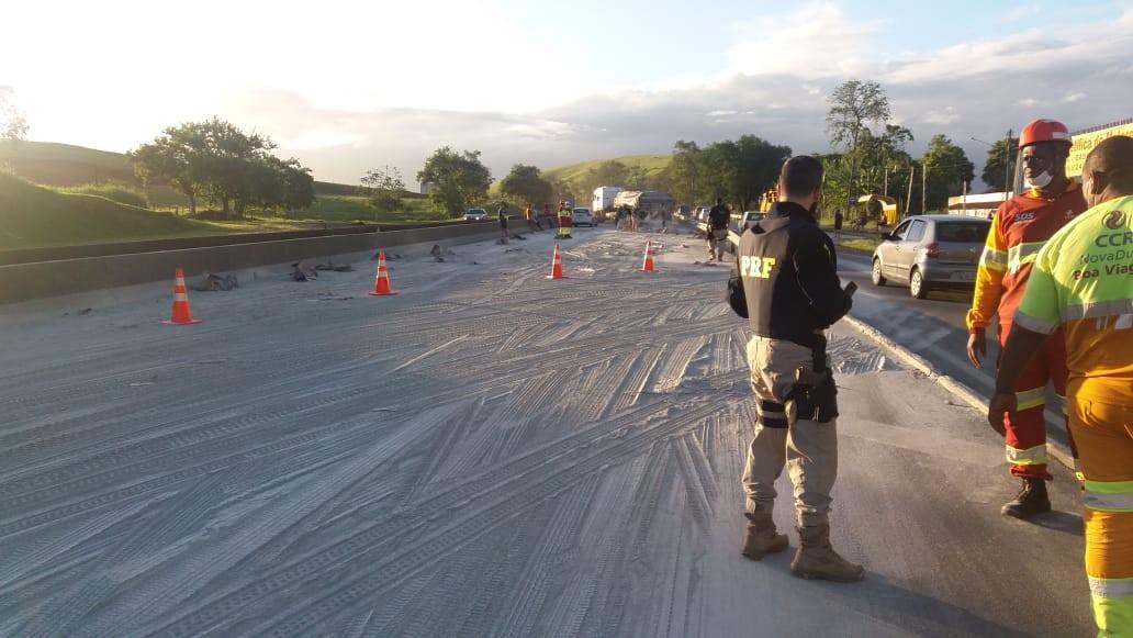 Discussão com fechadas e freadas bruscas faz caminhão derrubar carga de cimento na Via Dutra - Noticias