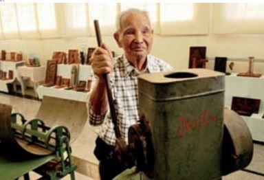 SHUNJI NISHIMURA, pioneiro em mecanização, mostra maquinário antigo da Jacto (Foto: Valeria Gonçalvez/ AE )